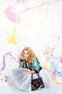 Copia de AnnaSophia Robb as Carrie Bradshaw_Paint Splatters (c) Warner Bros. Entertainment Inc.