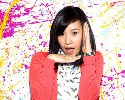 Copia de Ellen Wong as Jill 'Mouse' Thompson_ Paint Splatters (c) Warner Bros. Entertainment Inc.