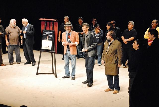 Develación de placa con motivo de las 50 representaciones de la obra El siniestro plan de Vintila Radulezcu