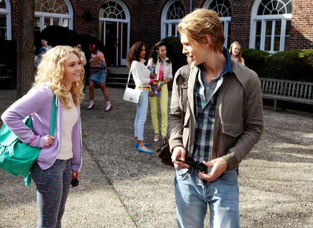Copia de AnnaSophia Robb as Carrie Bradshaw and Austin Butler as Sebastian Kydd (c) Warner Bros. Entertainment Inc.