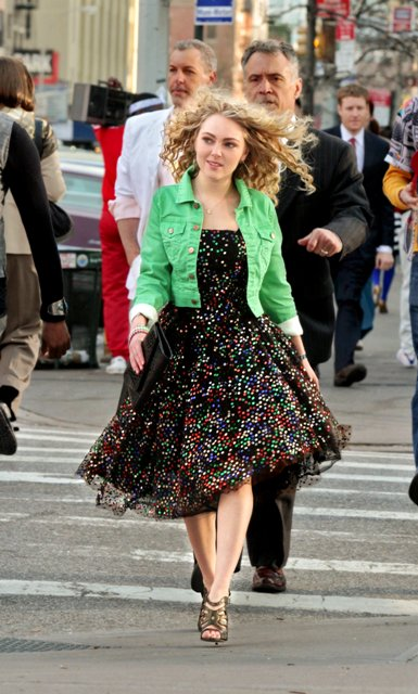 Copia de Copia de AnnaSophia Robb as Carrie Bradshaw_Walking (c) Warner Bros. Entertainment Inc.
