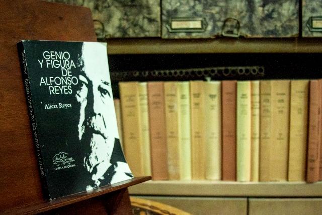 Libro de Alicia Reyes en la Capilla Alfonsina