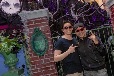 ÁIniciando la fiestas en familia! (7 de noviembre del 2019) El cantante mexicano de mœsica ranchera, Alejandro Fern‡ndez, celebro el inicio de las fiestas y cumplea–os de su hijo, Alejandro Jr. con la familia en el Lugar M‡s Feliz del Mundo, Disneyland Resort en Anaheim, CA. Y claro que no pod'a faltar la foto del recuerdo con Jack Skellington y Sally en Haunted Mansion Holiday, en el parque Disneyland que se transforma en el Lugar M‡s Festivo del Mundo comienzo a los d'as festivos del 8 de noviembre de 2019 al 6 de enero de 2020. En la foto de izquierda a derecha Ð Alejandro Fernˆndez Guinart hijo, Alejandro Fernˆndez, Camila Fernˆndez Guinart Ð hija, y Amrica Fernˆndez Guinart Ð hija (Foto Cortes'a: Joshua Sudock/Disneyland)
