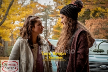 Marta (Ana de Armas, left) and Meg (Katherine Langford, right) in KNIVES OUT.